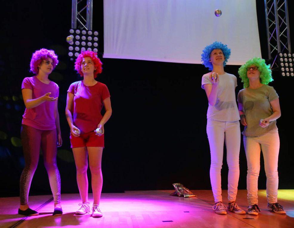 Auch eine Augenweide - die tanzenden und jonglierenden Gummibärchenverkäufer aus den achten Klassen,