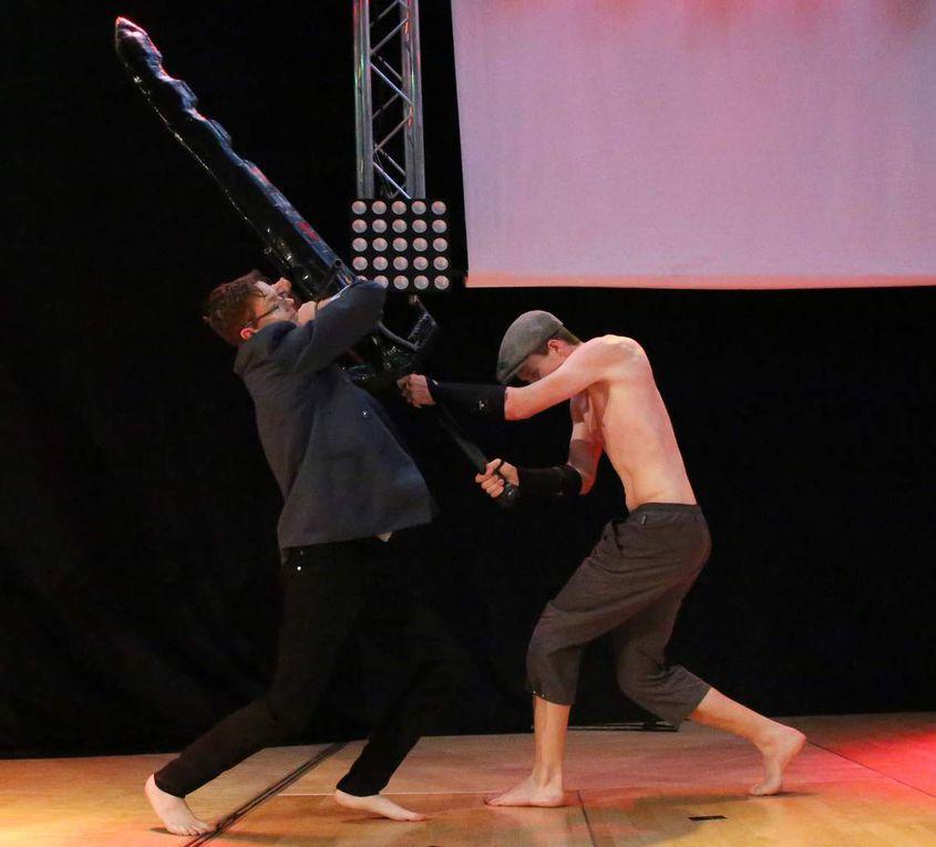 Ein Duo faszinierte mit turbulenten Chaka-Kampfszenen, einem Stockkampf der afrikanischen Nguni-Stämme.