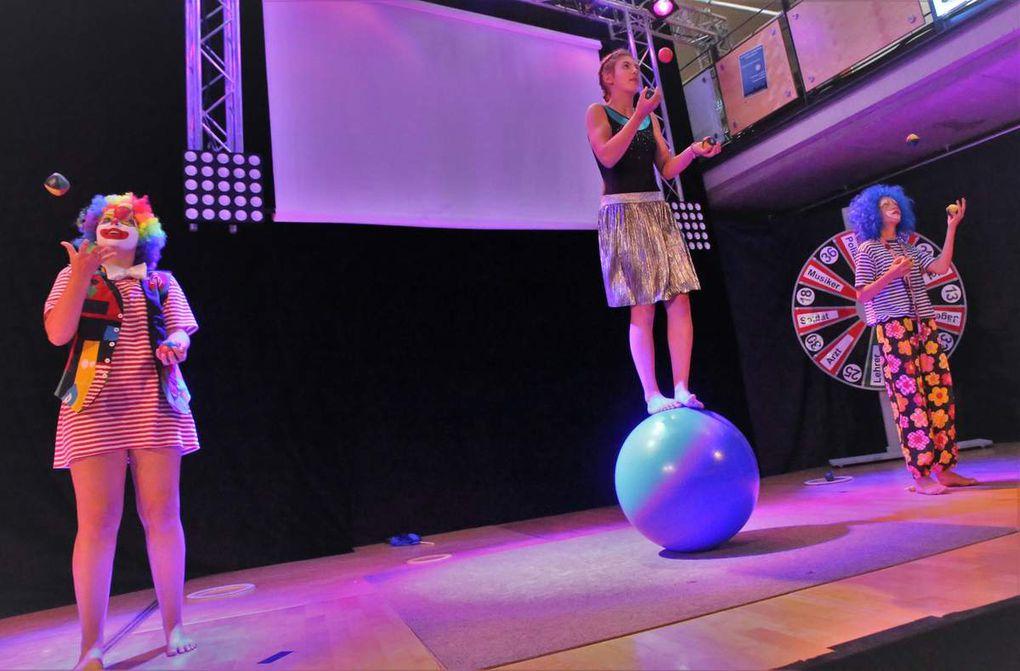 Tolle Maskerade, Action und Choregraphie: Die Zirkusclowns aus den achten Klassen