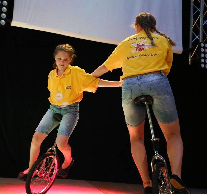 """So verblüfften Jongleure mit rasanter Einrad-Akrobatik zu den Klängen """"Ja mir san mit'm Radl da"""", legten sogar zu Walzerklängen einen eleganten Tanz aufs Parkett."""