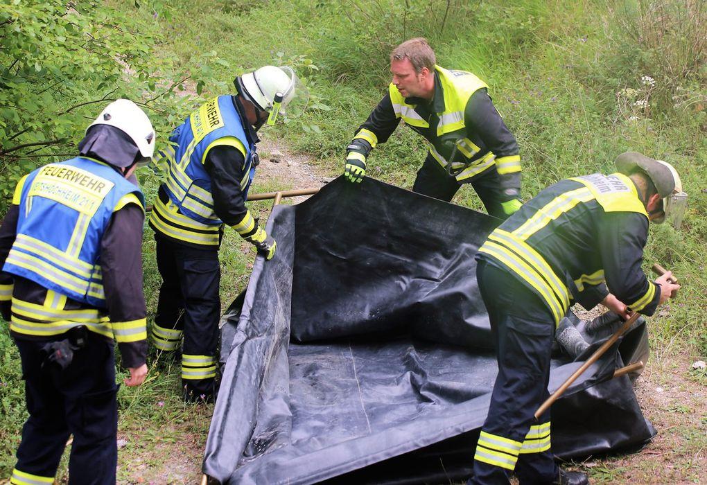 Doch die Absicht, damit das inzwischen aufgebaute 2.000 Liter fassende Faltbecken zu füllen, schlug infolge eines Defekts der Förderpumpe fehl (so die Lage um 10.30 Uhr). So waren die im Bereitstellungsabschnitt an der LWG befindlichen Tanklöschfahrzeuge der  Feuerwehren Thüngersheim, Güntersleben, Margetshöchheim, Oberdürrbach und Unterdürrbach gefordert, zusammen mit den Veitshöchheimern  einen Pendelverkehr zur Heranschaffung von Löschwasser zur Befüllung des Faltbehälters sicherzustellen. Dieser Pendelverkehr stand als Abschnitt 3 unter der Leitung von KBM Johannes Sieber.