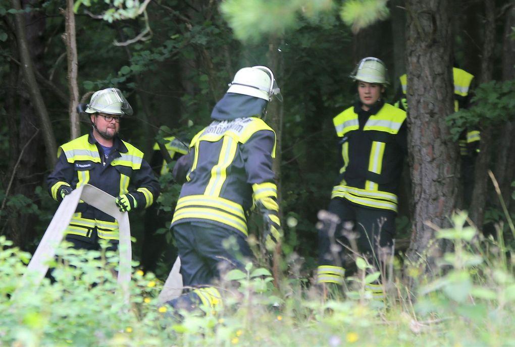 Im Nu hatten die Floriansjünger die Wasserschläuche vom Einsatzwagen zum  durch Absperrband markierten Brandherd verlegt und