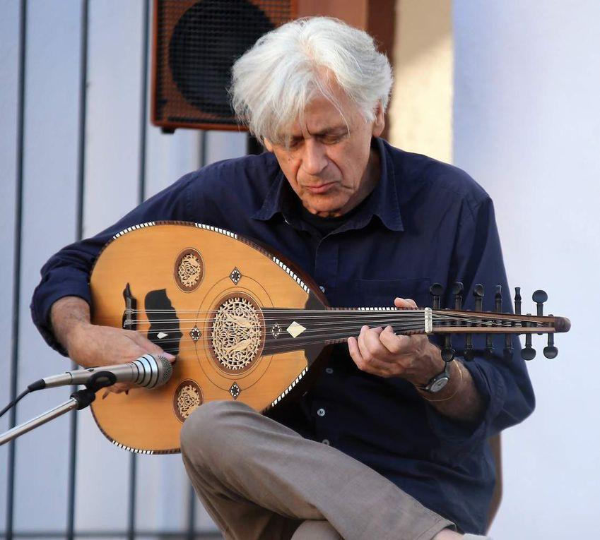 Roman Bunka gilt als einer der profiliertesten Oud-Spieler Europas. Sein Spiel ist in der orientalischen Tradition verwurzelt, seine Lehrmeister sind arabische Musiker – gleichwohl transformiert er deren Klangempfinden selbstbewusst in andere musikalische Genres.