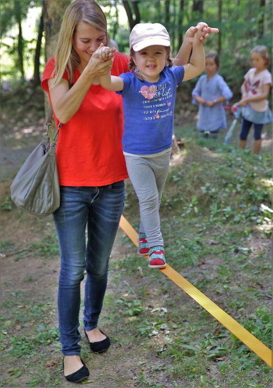 Sehr viel Mühe hatte sich auch NaturFreunde-Jugendwart Kai Benkert für das Kinderprogramm beim Sommerfest gegeben. Die Kids machten begeistert mit, ob nun beim Münzenwerfen in ein Wasserbecken, beim Ziel-Werfen eines Stockes auf einen Turm, beim Balancieren auf der Slackline, beim Gang über den Barfußpfad oder bei einer Waldexpedition mit Wissensspielen über das Erkennen eines Baumes anhand von Blättern, des Alters eines Baumes oder der Höhe eines Baumes mittels Stift und Schritten.