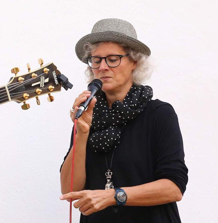Die aus Hannover stammende Sängerin lebt seit 1993 in Würzburg und ist seitdem in verschiedenen Bands und Projekten aktiv.  Neben ihrer charakteristischen Stimme hat die Kommunikations-Designerin und Werbeagenturinhaberin auch Klavier und Percussion im Repertoire.