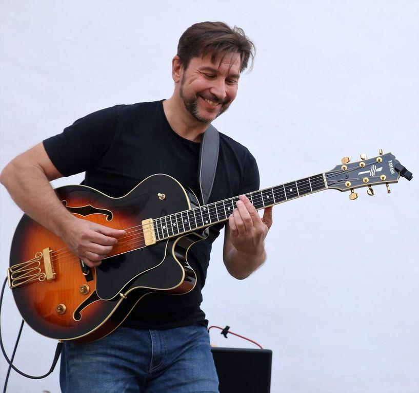 Ihr  Mann Jochen Volpert, mit weit über 30jähriger Live-Erfahrung in der regionalen Blues-Rock-Szene  ist in Musikerkreisen für seine solistische Extravaganz bekannt. Seine  sich autodidaktisch angeeignete vielseitige Gitarren-Spielweise  ging den Zuhörern beim Sommerkonzert ebenso wie die Stimme seiner Frau förmlich unter die Haut.