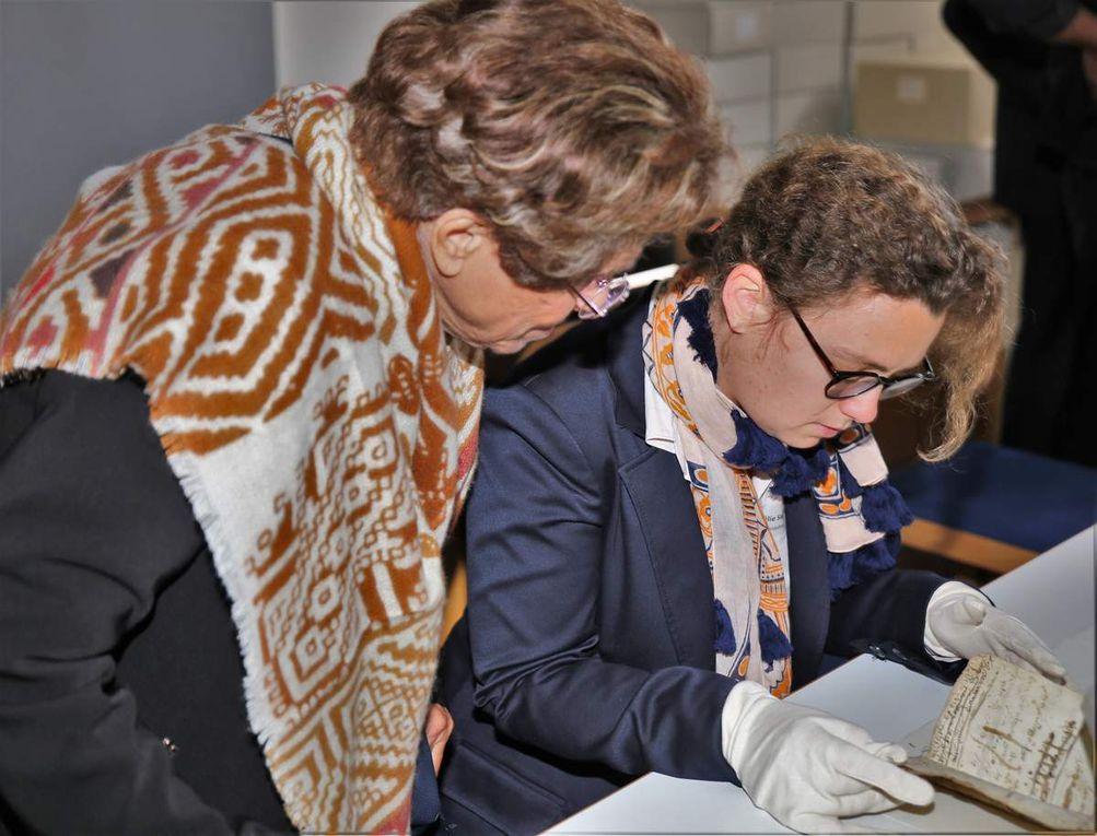 Zu den Tagungs-Teilnehmern gehörte auch Aviva Klein-Franke (links), Lehrbeauftragte des Martin-Buber-Instituts für Judaistik an der Universität Köln. Die 81jährige, die ihren Hauptwohnsitz in Jerusalem hat, ist mit einem Deutschen verheiratet und kommt aufgrund ihres Lehrauftrags regelmäßig nach Deutschland. Von der Anlage des JKM Veitshöchheim ist sie beeindruckt, insbesondere vom Genisaprojekt. Staunend übersetzt sie Amélie Sagasser, wissenschaftliche Mitarbeiterin der Hochschule für jüdischen Studien in Heidelberg, das in hebräischer Sprache abgefasste Büchlein mit den geschäftlichen Detaileintragungen eines hiesigen jüdischen Gewürzhändlers. Diese alten Schriften würden viele Rückschlüsse über die Kulturgeschichte der hier ansässigen jüdischen Mitbürger zulassen.