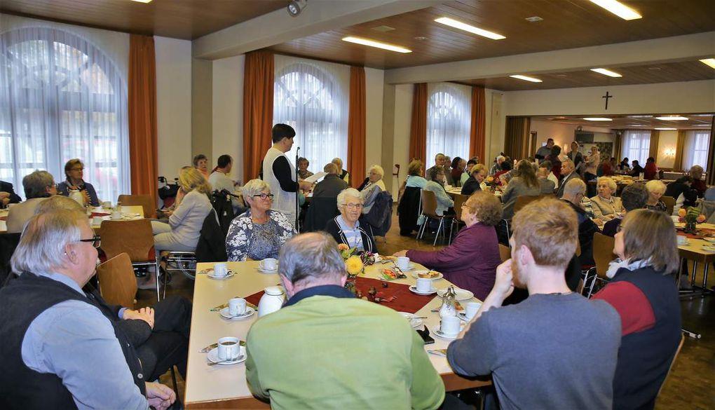 Gefeiert wurde das Jubiläum beim traditionellen Herbstfest, dieses Mal im Pfarrzentrum Thüngersheim, mit Klienten, deren Angehörigen und ehrenamtlichen Helfern mit hausgebackenen Kuchen und Torten, Kaffee und Tee.