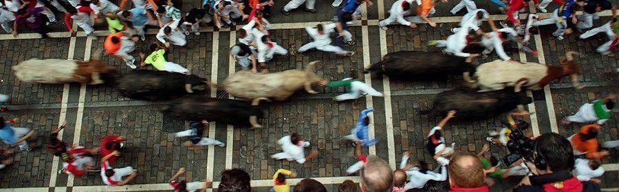 L'Encierro di Pamplona. 850 metri di corsa davanti alla carica dei tori