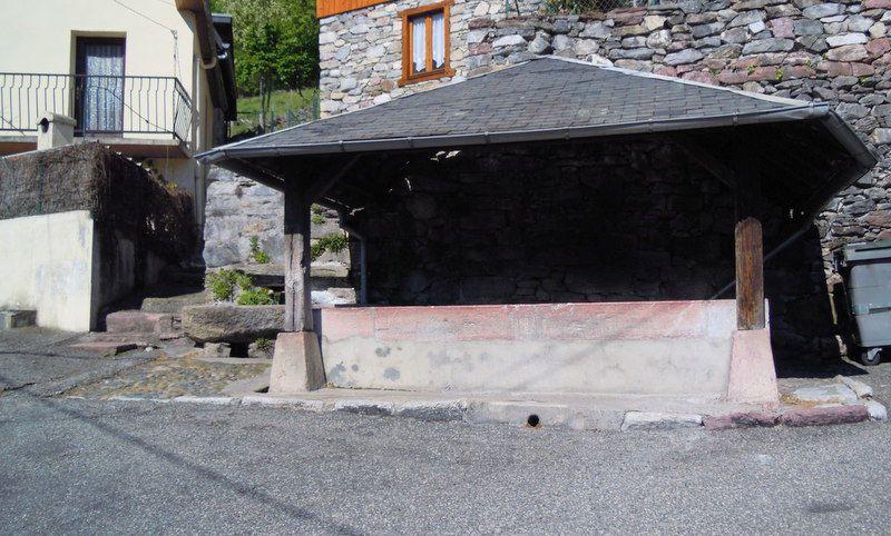 Deux lavoirs à CIERP-GAUD dont un avec une partie en marbre rose