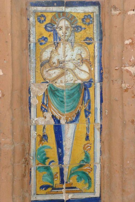 Pilastres à atlantes, Azulejos à l'aplomb des colonnes jumelées du Grand Cloître, Musée des Beaux-Arts, Séville. Photo lavieb-aile.