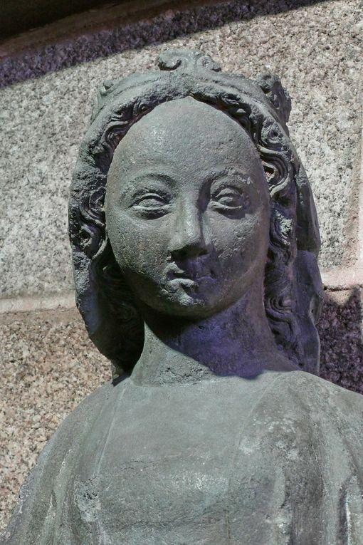 Vierge à l'Enfant de la Fontaine. Kersanton, Atelier du Maître du Folgoët, 1423-1433, bas-coté sud  de la Collégiale du Folgoët, photographie lavieb-aile avril 2017.
