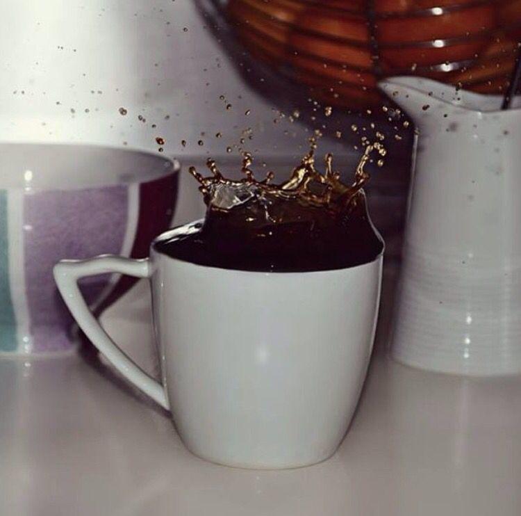 Photos d'une tasse de café que j'ai prise l'année dernière, un petit milkshake à la poire, un jus orange/citron, un thé (ou je suis en pyj ne me jugez pas)