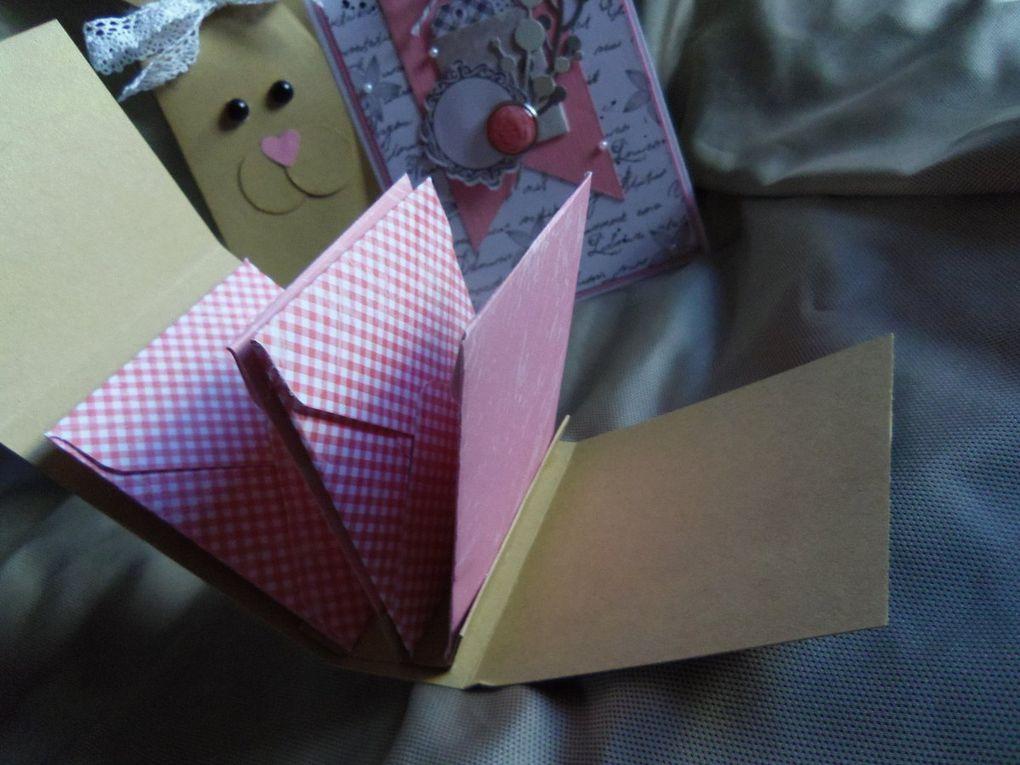 Dans l'emballage lapin, j'ai mis des sucettes au caramel au sel de Noirmoutier,dans le petit lapin, j'ai glissé deux badges faits maison avec le hérisson fétiche du fofo&#x3B;  la pochette devant est une pochette à sachet de thé, ensuite, j'e me suis creusé la tête pour faire un cadeau qui soit utile à sa très jolie puce Sarah, et j'ai créé la boite à pince à cheveux. ensuite j'ai mis une planche de tampon clear, des brads, et des scrapbidules.