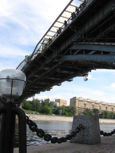 un pont avec les ombres et lumières