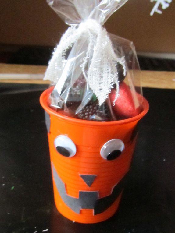 Et pour remplir la caissette j'ai fais des gobelets déguisés en monstres et remplis de friandises (idée trouvée sur Pinterest)
