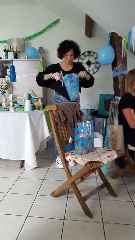 """""""Hummm je vais me régaler """"pense Emilie .Que de beaux cadeaux pour le bébé ."""