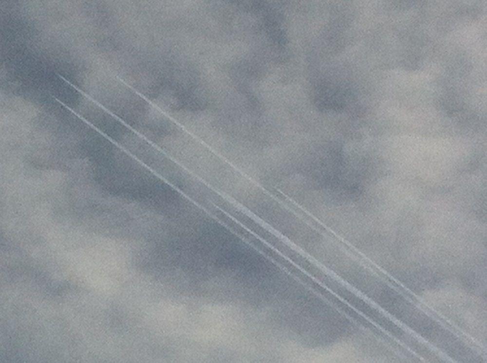6 avions au-dessus de Vence le 16 décembre à 15h30. La traînée du 2ème avion au centre se confond avec celle de l'avion qui le précède