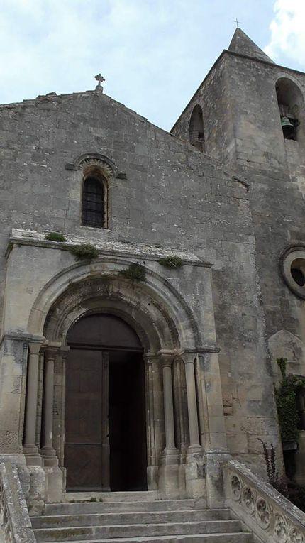 Eglise Saint Vincent des Baux (XIIè-XVIème siècles) qui donne sur la Place