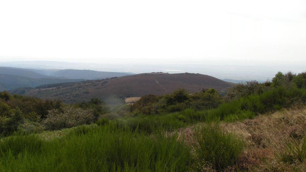 Nous montons quand même et jusqu'à près de 1000 mètres. Sur la photo panoramique, nous apercevons au loin le Lac de Jouarres. Dommage, il fait brumeux.