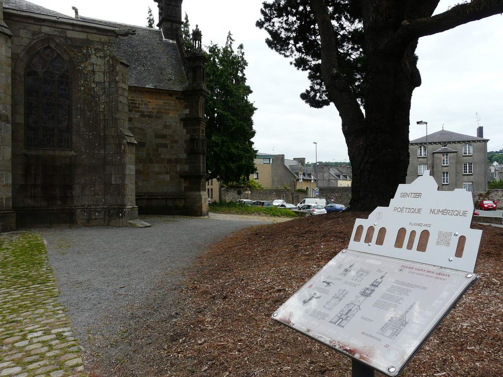 Les panneaux sur lesquels sont gravés les QR codes ont la silhouette du pont de Rohan