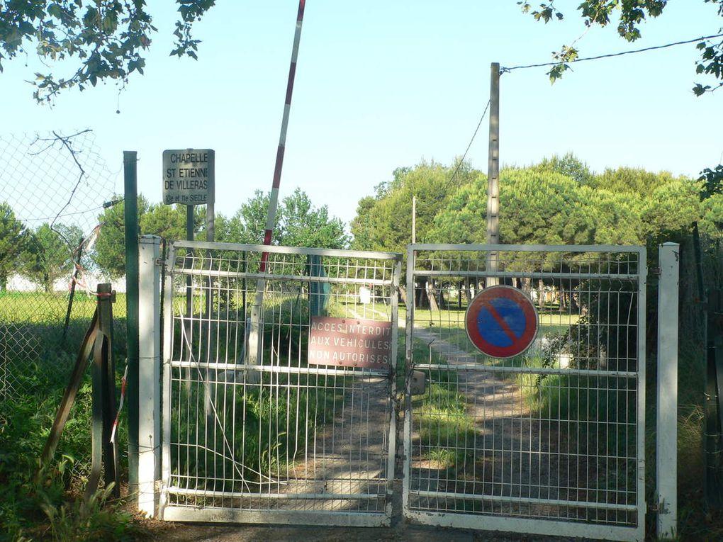 le guide a omis de signaler que les visiteurs devaient se munir d'une échelle pour franchir le portail ou d'une cisaille forte pour briser la chaîne