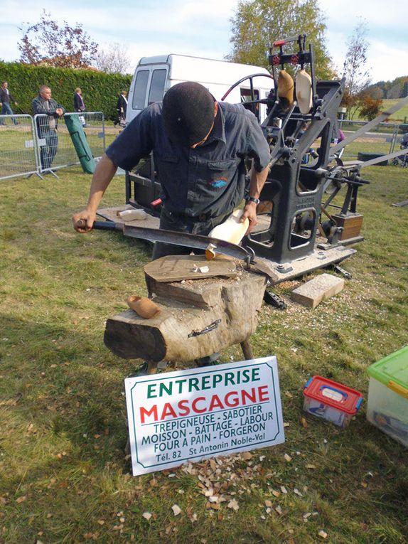 Démonstrations magistrales de matériel agricole, atelier de sabotier et machine à vapeur.