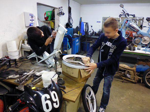 Préparation course. Ponçage, peinture, remontage, décoration, moteur, ....