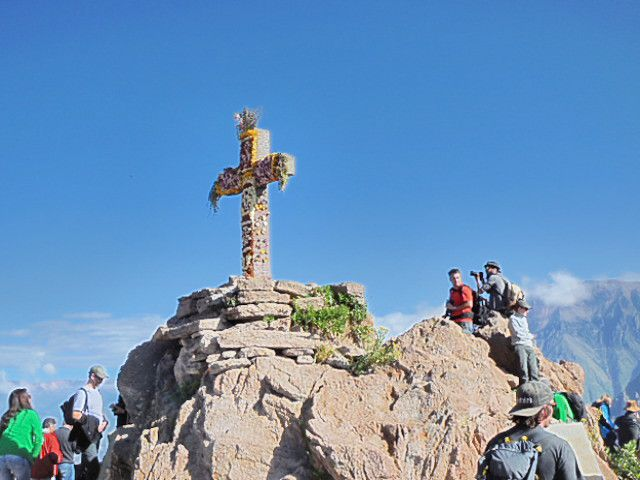 Le Canyon, les condors,la Cruz del Condor, l'habit traditionnel, la Cantuta : fleur nationale du Pérou
