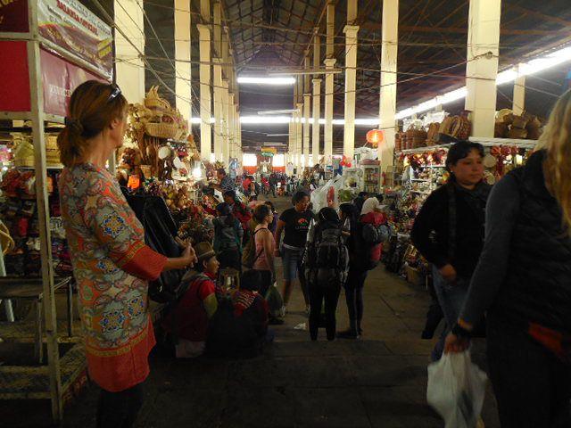 Le marché San Pedro - les drapeaux de Cuzco et du Pérou
