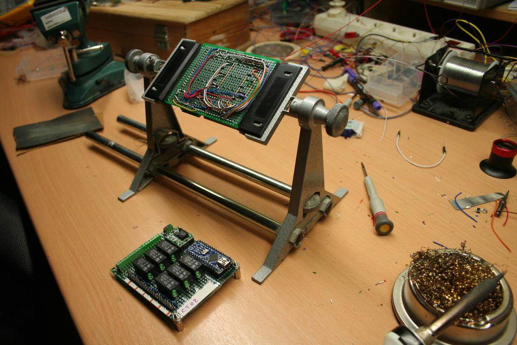 Les cartes contrôleur aiguillages en cours de câblage.