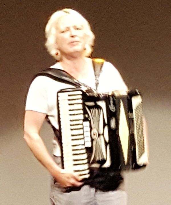 MATHILDE BRAURE AVEC SES CHANTS ...ET SON ACCORDEON