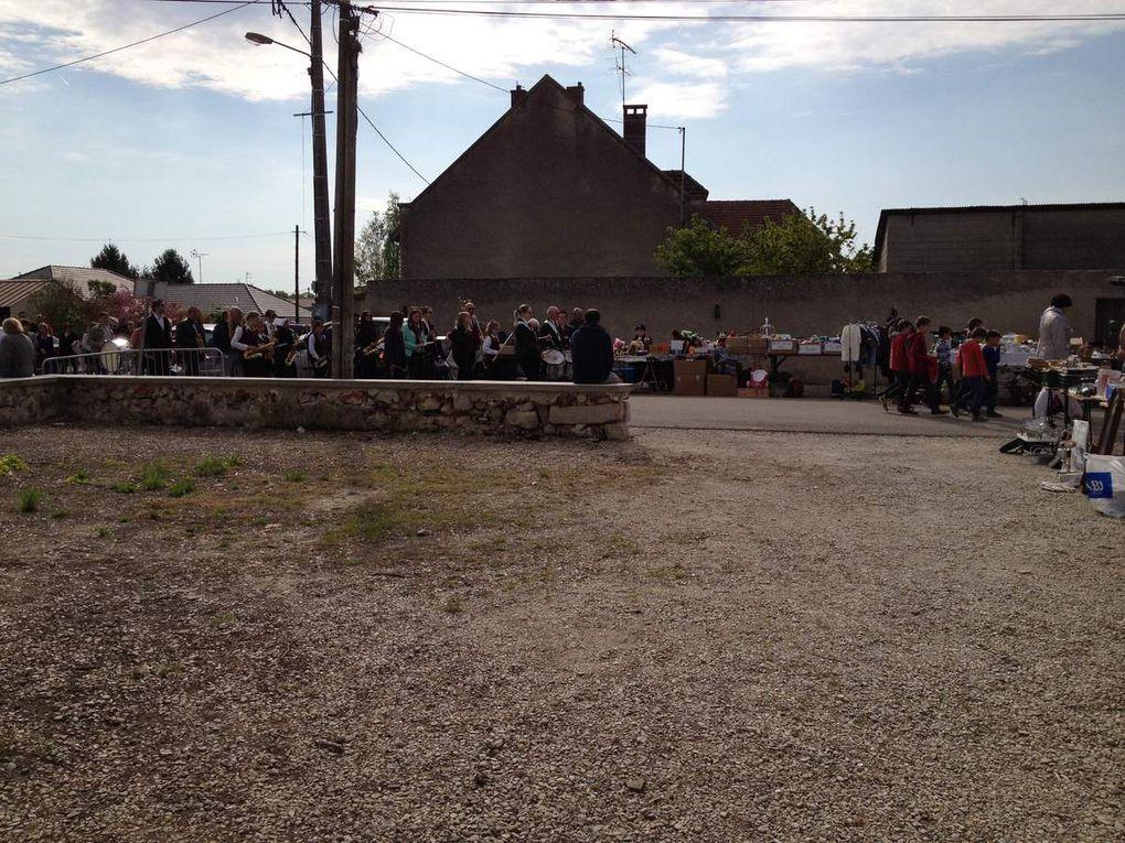 l'harmonie de Mery sur seine accompagnée des enfants pour un défilé  autours des stand pour la cérémonie du 08 mai.