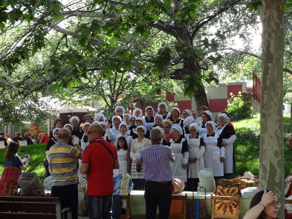 Nous voilà partis 7 dentellières avec le club de Saint Martin de Valgalgues hier à 5 heures du matin , le départ de Lunel pour nous ... je vous montre quelques photos de Terrassa ( province de Barcelone )  Merci à Françoise et à vous toutes pour cette belle journée