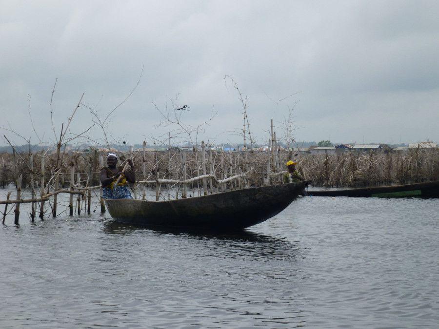 Peu profond, le lac donne lieu à une activité importante de pêche et de transport.