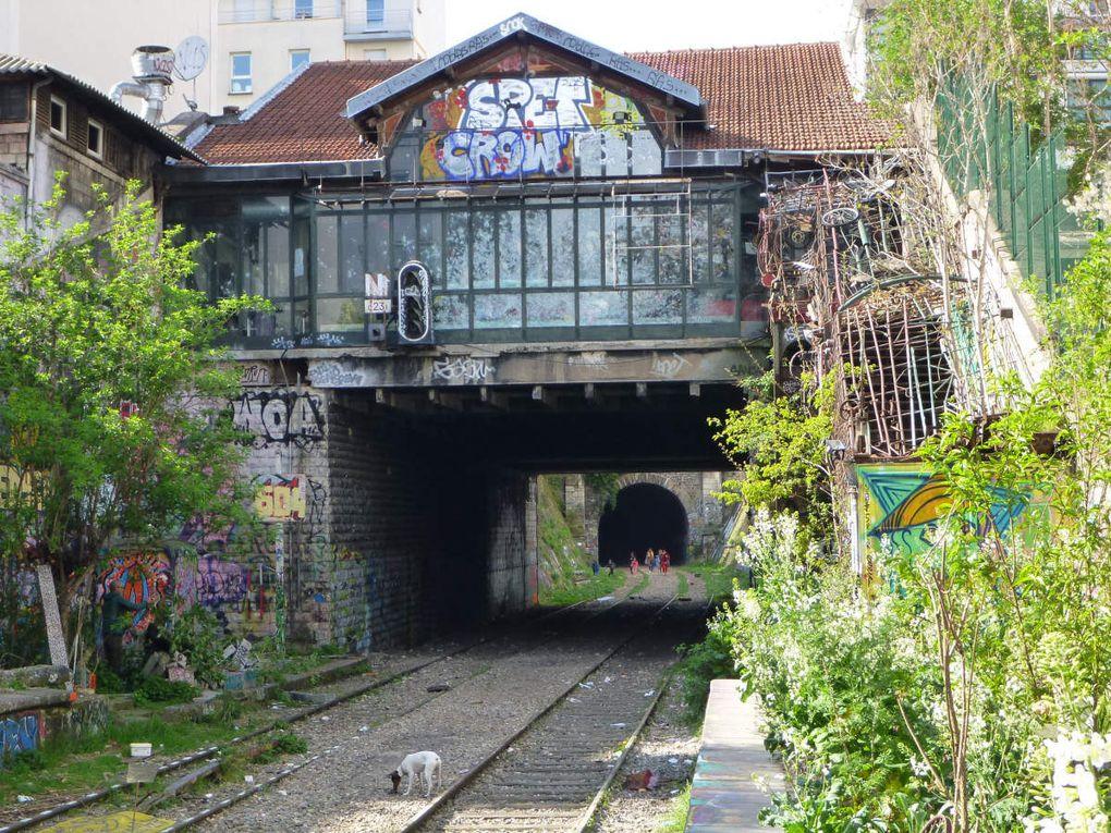 Les gares désaffectées d'Orléans-Ceinture (boulevard Masséna, 13ème), de Bercy (ancienne gare frigorifique, 12ème), de la rue d'Avron, de Charonne, de Ménilmontant (20ème), de Pont de Flandre (19ème), de l'avenue de Saint Ouen (18ème).