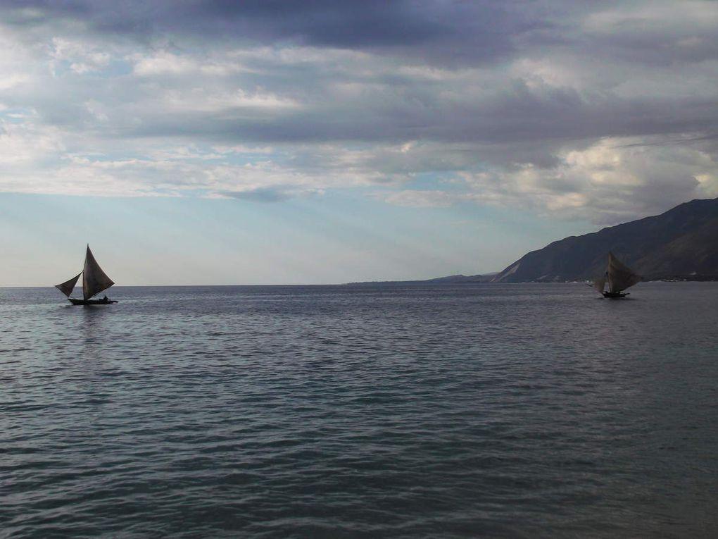 A une heure (plutôt une heure et demi) de Port au Prince, petite plage posée et publique, c'est à dire pas réquisitionnée par un hôtel de luxe !