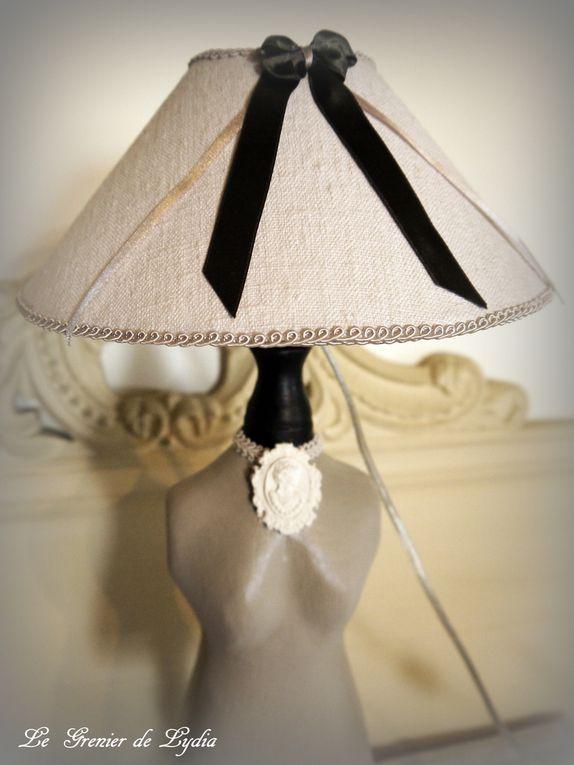 """Grande lampe """"Mannequin"""" gris perle sur socle noir. Abat-jour """"chapeau"""" en chanvre ancien et ruban de satin. Hauteur"""