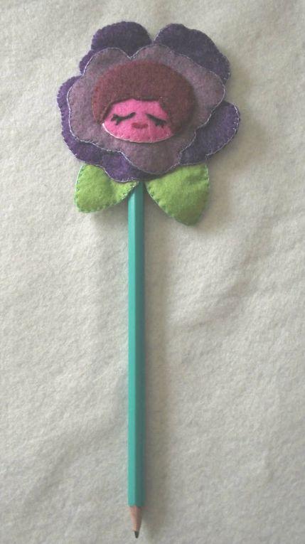 Crayon à papier agrémenté d'une fleur en feutrine