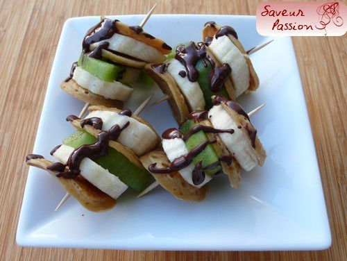Brochettes de fruits et mini pancakes