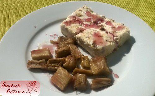 Nougat glacé aux pistaches caramélisées, rhubarbe confite au four parfumée à la rose