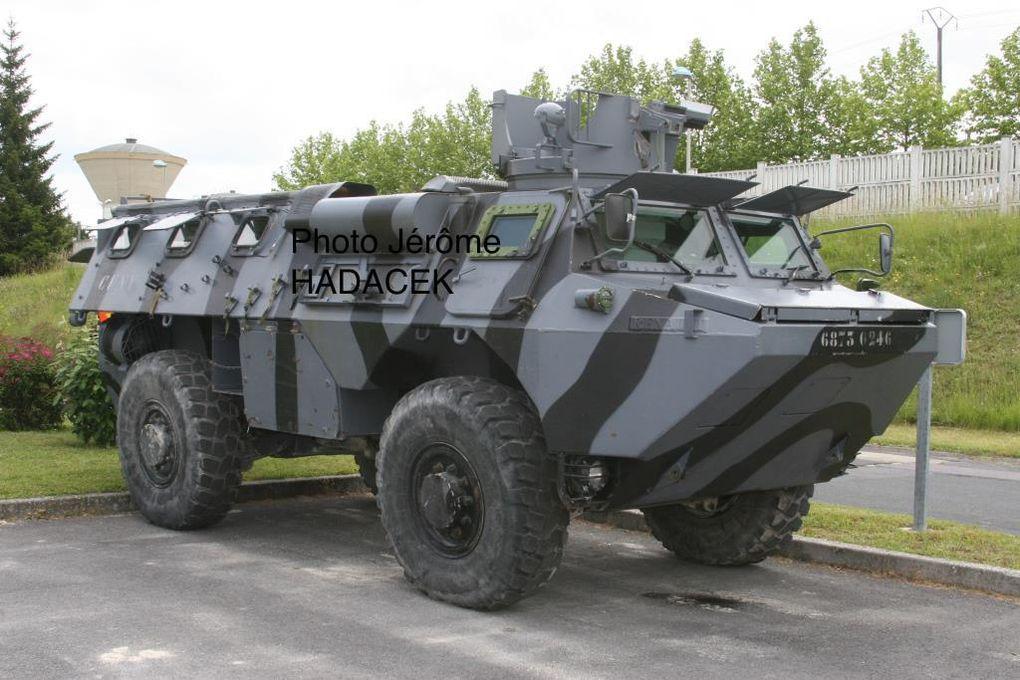 VAB utilisés par la FORAD (FORce ADverse) identifiables à leur camouflage gris et noir. Aucun camouflage n'est identique, tant dans les schémas que l'application.