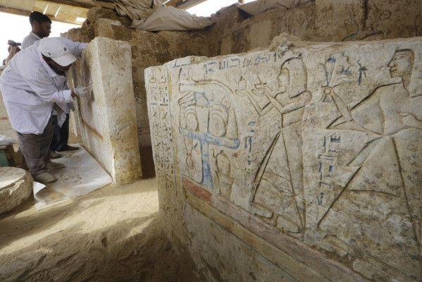 """Un pot, à l'intérieur on y aurait découvert un groupe d'Ushabti qui appartenait à une femme appelée """"Nedjem""""."""