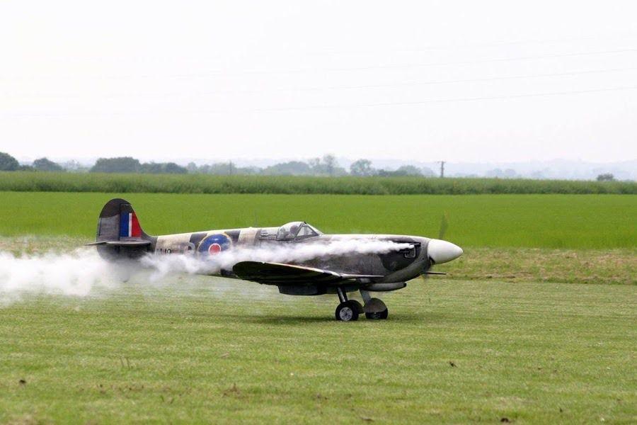 Ci-dessus le magnifique Supermarine Spitfire d'Eric Reboul.  Echelle : 1/3  Env : 3,75m  Longueur : 3,25m  Poids : 46 Kgs  Motorisation : DLE 170cc  Train : Sierra.
