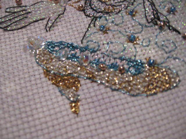 ma fée est violette (fil brillant) l'horloge noire, la robe de princesse en blanc et mauve pour la ceinture, accessoires de mon stock (vraie étoile sur la baguette, perle façon goutte au-dessus de l'horloge) et toujours mon petit bouton coeur pour le titre...