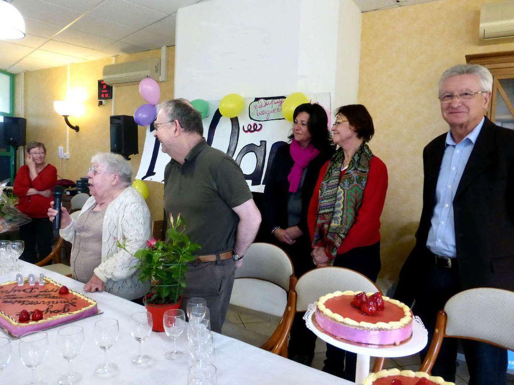 La centenaire a soufflé ses bougies sans problème ! Les élus en arrière plan.