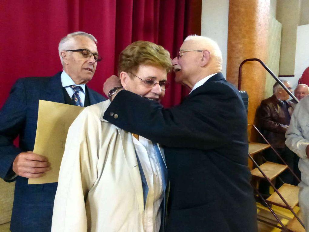 Mme Anquetil reçoit sa décoration des mains de M. Boulesteix sous l'œil de son époux