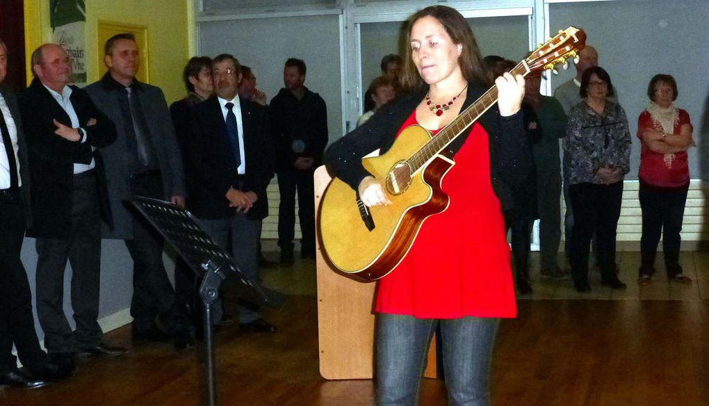 La chorale de Sonzay avec Cécile à la guitare et la présidente qui prononça quelques mots pour présenter sa formation