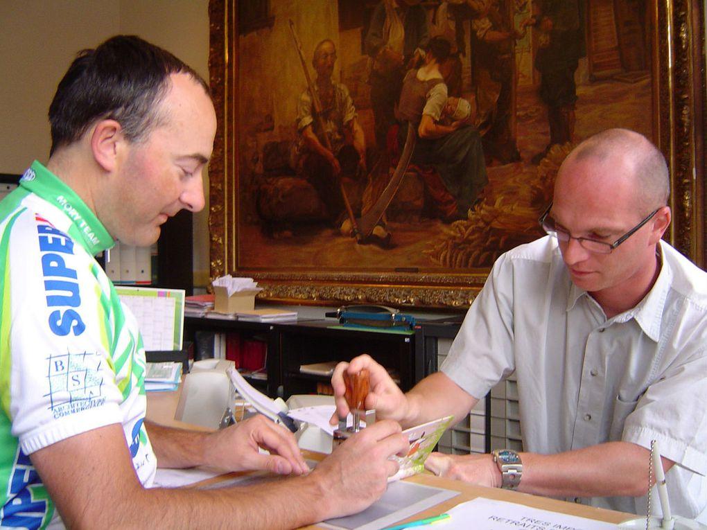 16 juillet 2008, prêts pour le premier départ, le carnet de route reçoit son premier tampon à la mairie de Saint-Christophe-sur-le-Nais