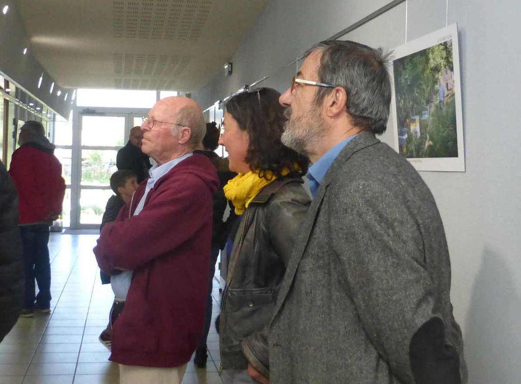 Anne Piégu explique son fonctionnement aux visiteurs
